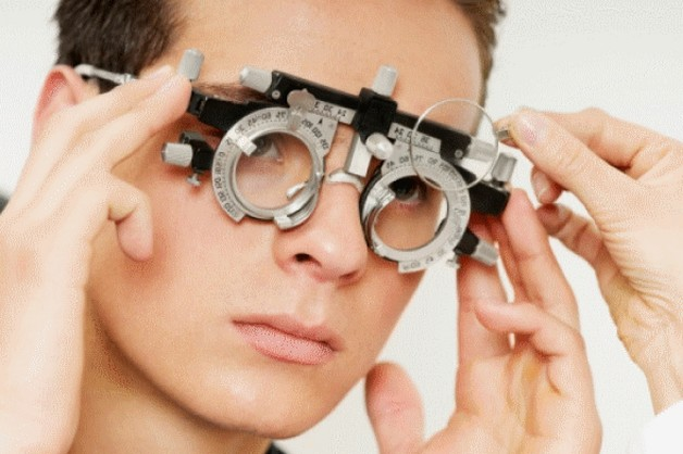 человек улучшает зрение