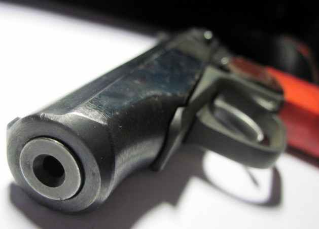 пневматический пистолет на столе